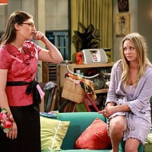 The Big Bang Theory: Mayim Bialik e Kaley Cuoco nell'episodio The Pulled Groin Extrapolation
