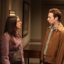 The Big Bang Theory: Mayim Bialik e Kevin Sussman nell'episodio The Flaming Spittoon Acquisition