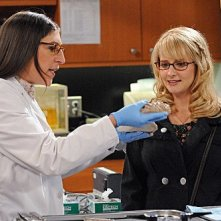 The Big Bang Theory: Mayim Bialik e Melissa Rauch nell'episodio The Isolation Permutation