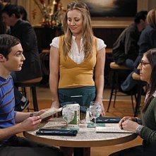 The Big Bang Theory: Mayim Bialik, Kaley Cuoco e Jim Parsons nell'episodio The Shiny Trinket Maneuver