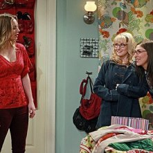 The Big Bang Theory: Melissa Rauch, Mayim Bialik e Kaley Cuoco in una scena dell'episodio The Speckerman Recurrance
