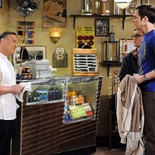 The Big Bang Theory: Peter Onorati, Johnny Galecki e Jim Parsons in una scena dell'episodio The Werewolf Transformation