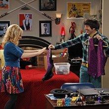 The Big Bang Theory: Simon Helberg e Melissa Rauch in una scena dell'episodio The Shiny Trinket Maneuver