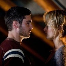 Ho cercato il tuo nome: Taylor Schilling e Zac Efron si scambiano un intenso sguardo in un momento del film