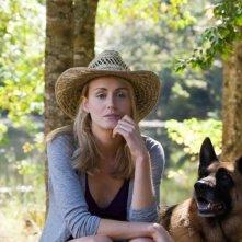 Ho cercato il tuo nome: Taylor Schilling pensierosa al fianco del suo bel cane in una scena del film