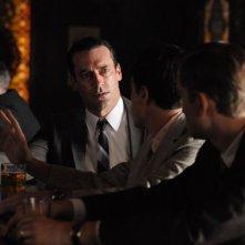 Jon Hamm, Ben Feldman e Aaron Staton nell'episodio Mystery Date della quinta stagione di Mad Men