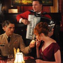 Sam Page, Christina Hendricks e Christine Estabrook nell'episodio Mystery Date della quinta stagione di Mad Men