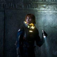 Noomi Rapace va in missione esplorativa in una scena di Prometheus