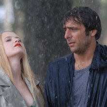 Sandrine nella pioggia: Sara Forestier insieme ad Adriano Giannini in una scena del film