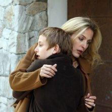 Sister: Gillian Anderson accoglie tra le sue braccia in piccolo Kacey Mottet Klein in una scena del film