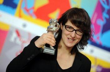 Sister: la regista Ursula Meier mostra con orgoglio il suo Orso d'argento per la Menzione Speciale della giuria a Berlino 2012
