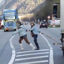 Sister: Léa Seydoux e Kacey Mottet Klein attraversano pericolosamente la strada in una scena del film