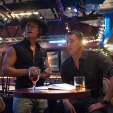 Channing Tatum e Matthew McConaughey discutono in un locale in una scena di Magic Mike