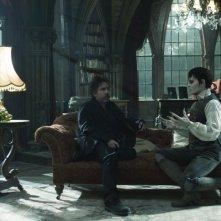 Johnny Depp e Tim Burton sul divano discutono una scena sul set di Dark Shadows