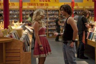 Julianne Hough e Diego Boneta flirtano in un negozio di dischi in Rock of Ages