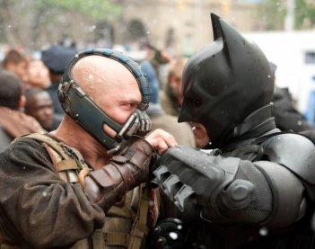 Tom Hardy e Christian Bale faccia a faccia in una scena di Il cavaliere oscuro - Il ritorno