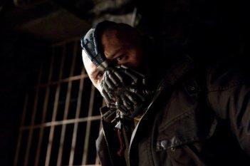 Un primo piano di Tom Hardy negli inquietanti panni di Bale in Il cavaliere oscuro - Il ritorno
