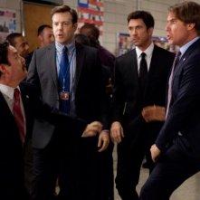 Zach Galifianakis e Will Ferrell scatenano una rissa di fronte allo sguardo preoccupato di Jason Sudeikis e Dylan McDermott in una scena di The Campaing