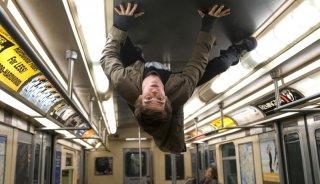 Andrew Garfield cammina a testa in giu sul tetto di un autobus in una scena The Amazing Spider-Man