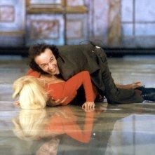 Roberto Benigni abbraccia con entusiasmo la povera Raffaella Carrà durante una puntata di Fantastico.