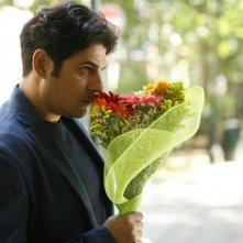 Workers - Pronti a tutto: Dario Bandiera pronto a corteggiare la sua amata con dei fiori in un momento del film