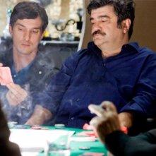 Workers - Pronti a tutto: Francesco Pannofino con Alessandro Tiberi al tavolo di gioco in una scena del film