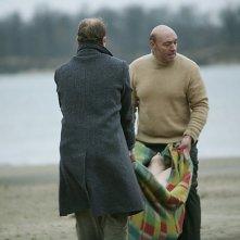 Silent Souls: Yuriy Tsurilo e Igor Sergeyev trasportano il corpo di Tanya sulla spiaggia in una scena del film