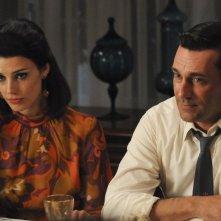 Jon Hamm e Jessica Paré nell'episodio Signal 30 della quinta stagione di Mad Men
