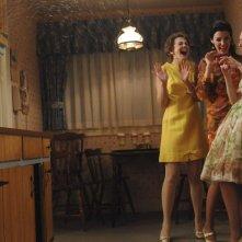 Larisa Oleynik, Jessica Paré e Alison Brie nell'episodio Signal 30 della quinta stagione di Mad Men