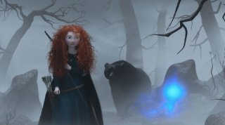 Merida in un cupo bosco in una scena di Ribelle - The Brave