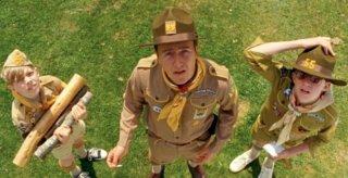 Edward Norton insieme a due 'lupetti' in una scena di Moonrise Kingdom