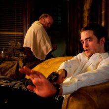 Robert Pattinson insieme a Paul Giamatti in una scena di Cosmopolis
