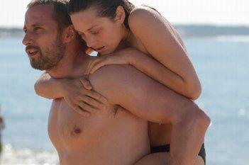 Rust and Bone: Matthias Schoenaerts e Marion Cotillard in una scena