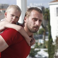 Rust and Bone: Matthias Schoenaerts insieme al piccolo Armand Verdure in una scena
