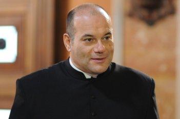 100 metri dal paradiso: Domenico Fortunato in una scena tratta dal film nei panni di Monsignor Angelo Paolini