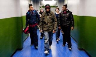 Alex Esmail, John Boyega, Franz Drameh, Jodie Whittaker e Leeon Jones in una scena di Attack the Block - Invasione aliena