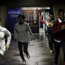 Attack the Block - Invasione aliena: Paige Meade, Danielle Vitalis, Gina Antwi e Natasha Jonas  fuggono dagli alieni in una scena del film