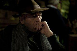 Bernardo Bertolucci pensieroso sul set del suo film Io e te