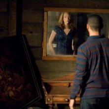 Kristen Connolly spiata in segreto da Jesse Williams in una scena di Quella casa nel bosco