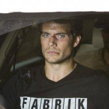 La fredda luce del giorno: Henry Cavill in auto con i suoi aguzzini in un'immagine tratta dal film