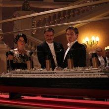 Neve Campbell, Chris Noth e  Kevin Zegers in una scena della miniserie di Rai Uno, Titanic Nascita di una leggenda