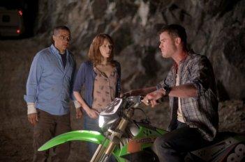 Quella casa nel bosco: Chris Hemsworth, Kristen Connolly e Jesse Williams tentano di fuggire dall'incubo in una scena del film