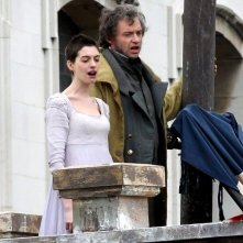 Anne Hathaway e Hugh Jackman intonano 'Do You hear the People Sing' sul set di Les Misérables