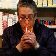 Ageroland: Sabato Cuomo, il tabaccaio napoletano protagonista del documentario, in una scena
