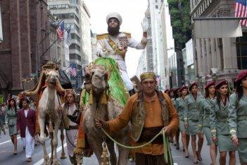 L'arrivo trionfale di Sacha Baron Cohen in una scena de Il dittatore