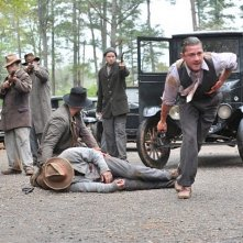 Shia LaBeouf ferito e circondato da uomini armati in una scena di Lawless