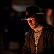 Un primo piano notturno di Tom Hardy in Lawless
