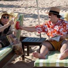 Jack Black e Shirley MacLaine in spiaggia nella black comedy Bernie