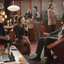 Jason Segel ed Emily Blunt in The Five-Year Engagement con Rhys Ifans