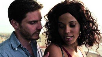 7 giorni all'Havana: Daniel Brühl e Melvis Estévez in una scena dell'episodio La tentación de Cecilia (giorno 3) diretto da Julio Medem
